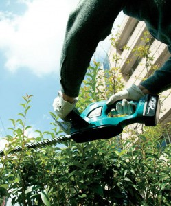 The 18V LXT® Cordless Hedge Trimmer delivers up to 75 minutes of continuous run time on a single charge.